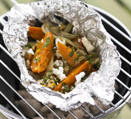 JÍDLO - inspirace - Na večer na gril (nejen) pro vegetariány http://www.bbcgoodfood.com/recipes/11018/hot-dressed-sweet-potato-fennel-and-feta-parcels - masožravcům nějakou pořádnou flákotu