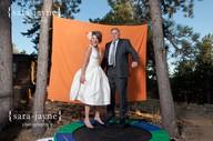 že by TRAMPOLÍNA na focení mladších svatebčanů? zajímavý nápad!