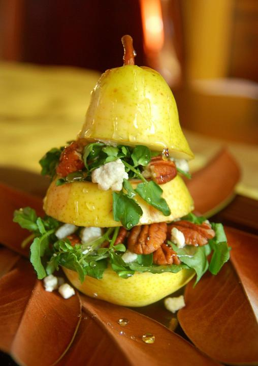 JÍDLO - inspirace - ze sladkého... recept  http://www.thenovicechefblog.com/2010/10/vertical-pear-salad/ česky na fóru, odkaz v komentáři