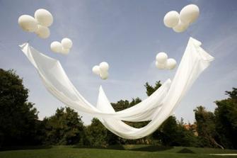 dekorace/stínítko (nad svatebčany během obřadu)