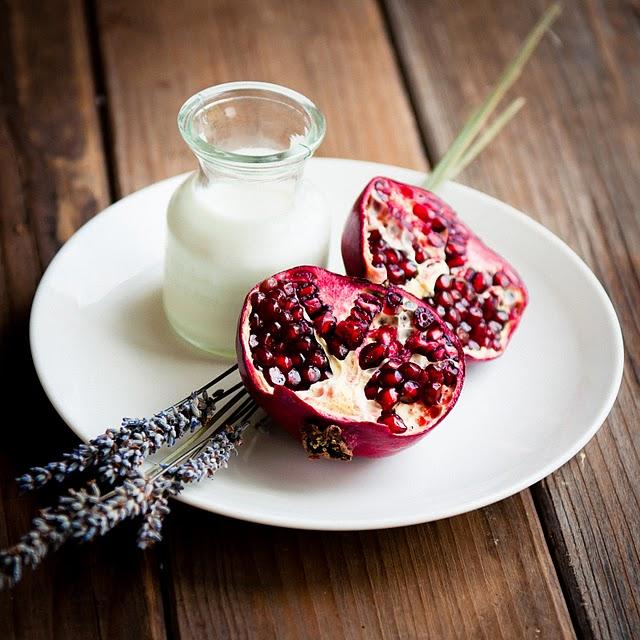 JÍDLO - inspirace - že by něco s granátovým jablkem? http://www.dessertsforbreakfast.com/2010/10/lavender-honey-pomegranate-panna-cotta.html