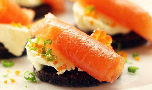 JÍDLO - inspirace - lososové jednohubky http://www.ireceptar.cz/vareni-a-recepty/maso-a-prilohy/rybi-krokety-a-zavitky-makrela-s-koprem-varena-stika/