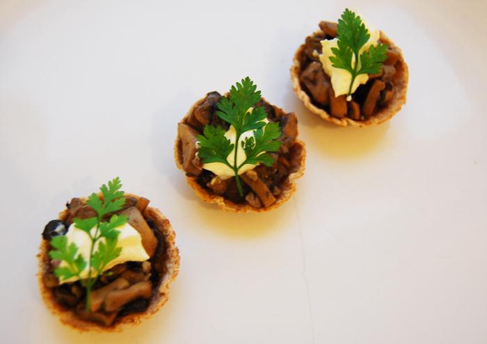 JÍDLO - inspirace - ? žampionové http://www.recipepper.com/2011/08/mushroom-canapes/?print=1 jestli máte nějaký dobrý recept, sem s ním :-)