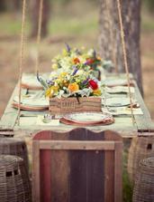Závěsný stůl ze starých dveří