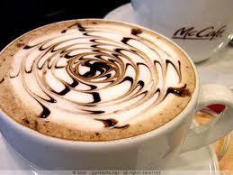 káva zdobená smetanou a čokoládovým toppingem