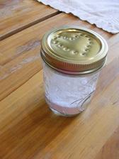 Domácí osvěžovač - 1/4 prášek do pečiva a 6-8 kapek levandulového esenciálního oleje ve skleničce s propíchaným dekorativně propíchaným víčkem