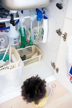 Organizace čistících prostředků pod baterií