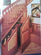 Skrytá šatna pod schody