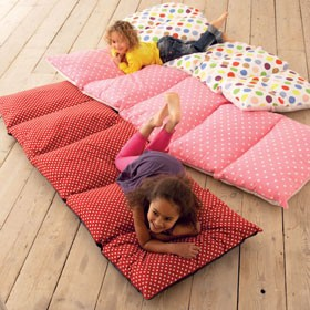 Chytré nápady - Sešít 5 povlaků na polštář a potom do toho polštáře nebo kusy molitanu povléci
