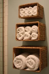 Chytré nápady - poličky na ručníky z proutěných košů