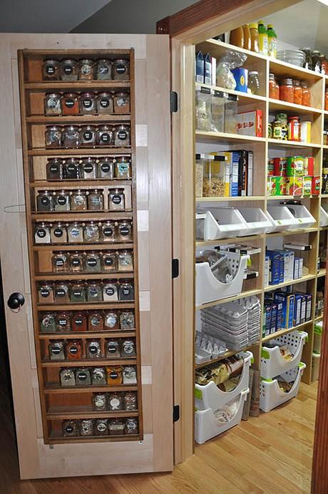 Chytré nápady - Polička na koření ve dveřích spíže