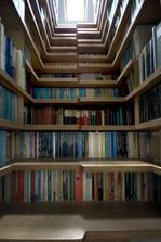 Knihovna pod schodem