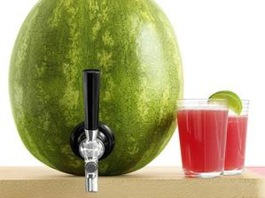 Ovocný dispenzor - vydlabeme meloun, naplníme pitivem :-) levné, chuté, hezké