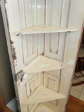 Rohová polička ze starých dveří
