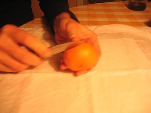 MANDARINKOVÉ SVÍČKY - jen z mandarinek a trochy olivového oleje, netřeba žádný vosk ani knot! Blbuvzdorný fotonávod v tomto albu :-) - nakrojíme