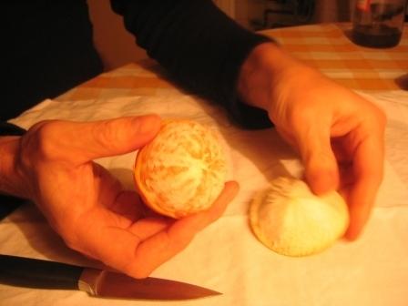 MANDARINKOVÉ SVÍČKY - jen z mandarinek a trochy olivového oleje, netřeba žádný vosk ani knot! Blbuvzdorný fotonávod v tomto albu :-) - tahle má výčnělek