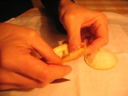 MANDARINKOVÉ SVÍČKY - jen z mandarinek a trochy olivového oleje, netřeba žádný vosk ani knot! Blbuvzdorný fotonávod v tomto albu :-) - Obě je zpět prohneme