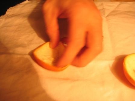 MANDARINKOVÉ SVÍČKY - jen z mandarinek a trochy olivového oleje, netřeba žádný vosk ani knot! Blbuvzdorný fotonávod v tomto albu :-) - vyřízneme