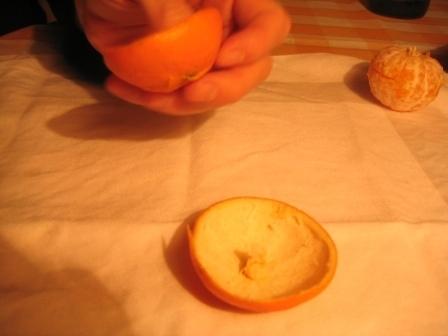 MANDARINKOVÉ SVÍČKY - jen z mandarinek a trochy olivového oleje, netřeba žádný vosk ani knot! Blbuvzdorný fotonávod v tomto albu :-) - tvar