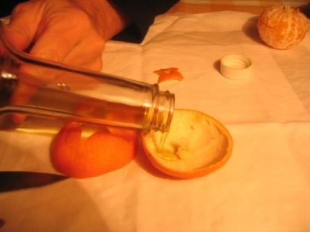 MANDARINKOVÉ SVÍČKY - jen z mandarinek a trochy olivového oleje, netřeba žádný vosk ani knot! Blbuvzdorný fotonávod v tomto albu :-) - Spodní část (s knotem)