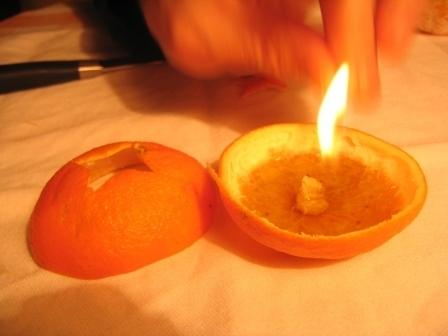 MANDARINKOVÉ SVÍČKY - jen z mandarinek a trochy olivového oleje, netřeba žádný vosk ani knot! Blbuvzdorný fotonávod v tomto albu :-) - (je třeba přidržet sirku déle, aby oschl).