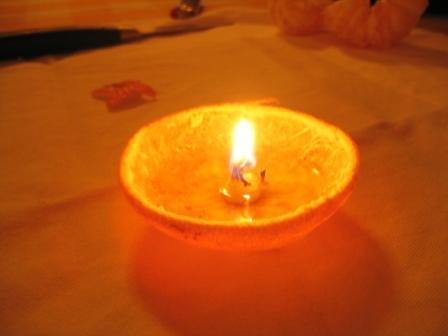 MANDARINKOVÉ SVÍČKY - jen z mandarinek a trochy olivového oleje, netřeba žádný vosk ani knot! Blbuvzdorný fotonávod v tomto albu :-) - NA NEHOŘLAVÝ POVRCH!