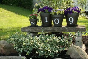 číslo domu na květináčích