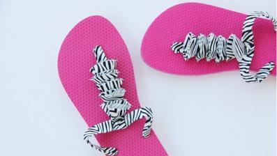 NÁVOD Dopřejte si pohodlný bavlněný popruh - návod http://www.makeit-loveit.com/2011/07/flip-flop-refashion-part-3-ruffled-t-strap.html