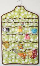 NÁVOD ramínkový kapsář na šicí potřeby http://www.makeit-loveit.com/2011/08/hanging-jewelry-holder-space-saver.html