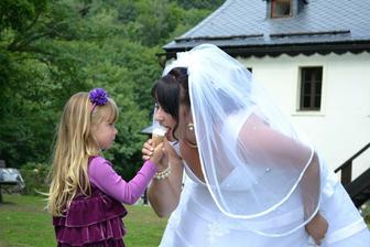 """tohle blahopřání k sňatku bylo jednoznačně nejoriginálnější!! Malá Elinka přišla se zmrzkou v ruce a říka: teto ja mam zmrzku a ty né-é,.Chceš líznout?""""...no a konec vidíte :-)"""