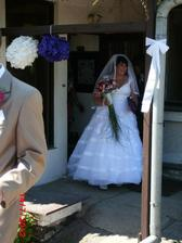 zrovna vycházím z baráčku.Před domem stál 40 člený dav svatebčanů a taky sousedu čumilů :-) všichni začali tleskat-krááásný pocit :-)