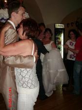 hysterie tchýně dosáhla maxima při prvním tanci se synem ,kdy nebrečela,ale doslova řvala... :-O