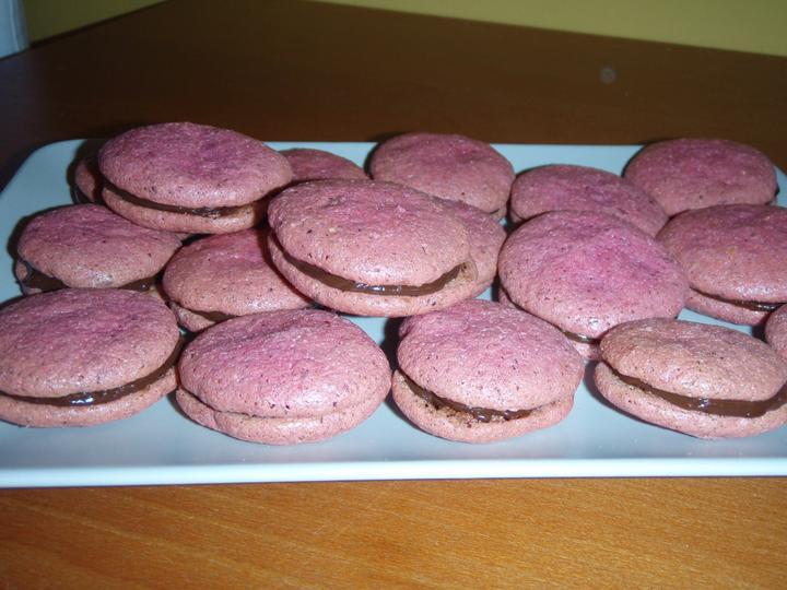 Makronky pokus druhý :o) - červené jsou s čokoládovým krémem :-)