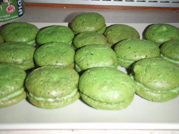 Makronky pokus druhý :o) - zelenáči jsou s krémem mascarpone s vanilkou a pomerančovou kůrou :-)