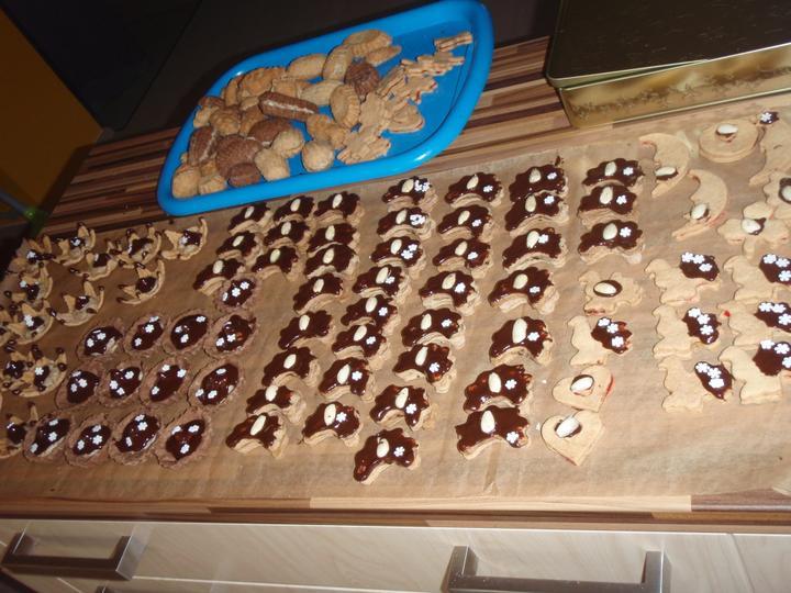 Cukroví 2012 - ty rohlíčky jsou kávové sušenky s kavovým krémem -mnamka :-)