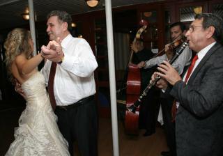 prvy tanec s otcom, aky je spokojny, ze? :)