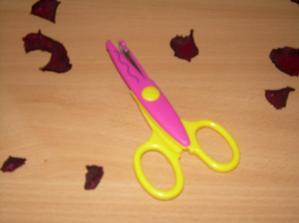 ...nůžky na jmenovky