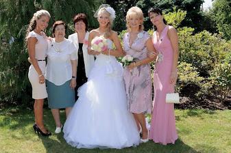 z leva: sestra, babička, teta, maminka, sestřenice