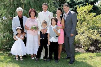 Manželova  rodina, z leva: tatínek, maminka, sestra, švagr