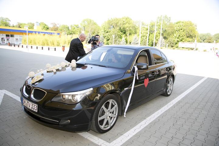 Mirka{{_AND_}}Petrik - Sli sme vlastnym autom a sofer bol sam zenich :) xixi kym sme byvali na doma mali sme velmi podobnu SPZ...xixi cize teraz mame taku nemecko-slovensku SPZ :)