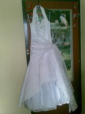 Á, konečne mám doma ušité svadobné šaty, však sú nádherne.