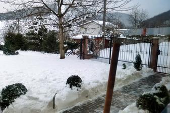 moje okrajove zahony utrpeli toto zimu riadnu ujmu. vsetok sneh zo strechy sa kyda na ne. musim nieco vymysliet.