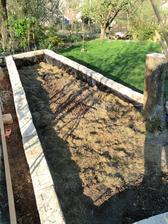 dnes som si postavila  vyvýsený záhon. este ho treba naplnit hlinou a môzem sadit.