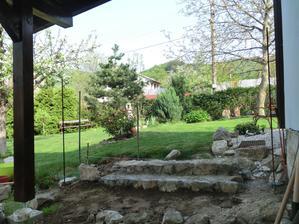 pristresok v procese - sviatok prace sme oslavili stavbou dvoch (z troch) kamennych schodov