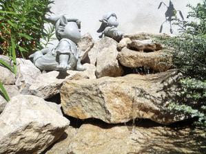 tak fontana fontanuje (chcela by som vykonnejsie cerpadlo, nech to riadne zurčí)