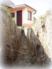 z nastresaku do zeme: rucne kopane, manzel sam vykopal, polozil kabel, zakopal, napojil elektriku,... dnes po jame nie je ani stopy, a to ide krizom cez cely dvor.