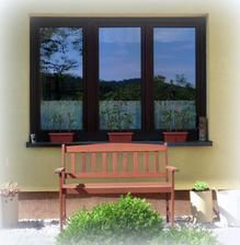 zahrada v odraze okna