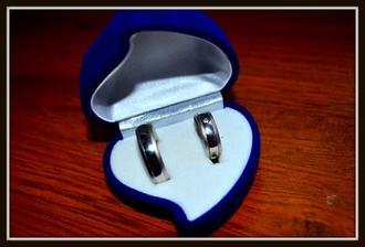 naše krásné snubní prstýnky ..... :)