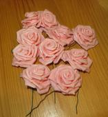 růžové nepoužité květy růží na stonku,