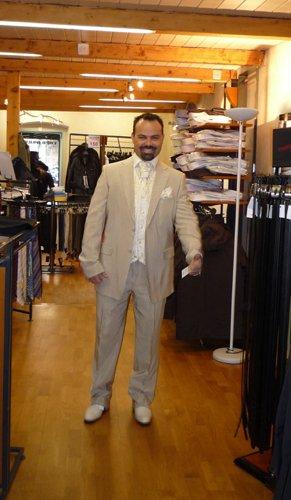 Predpripravy na 8.8.2009 - vyskusali sme viacero oblekov tento sa nam zapacil najviacej